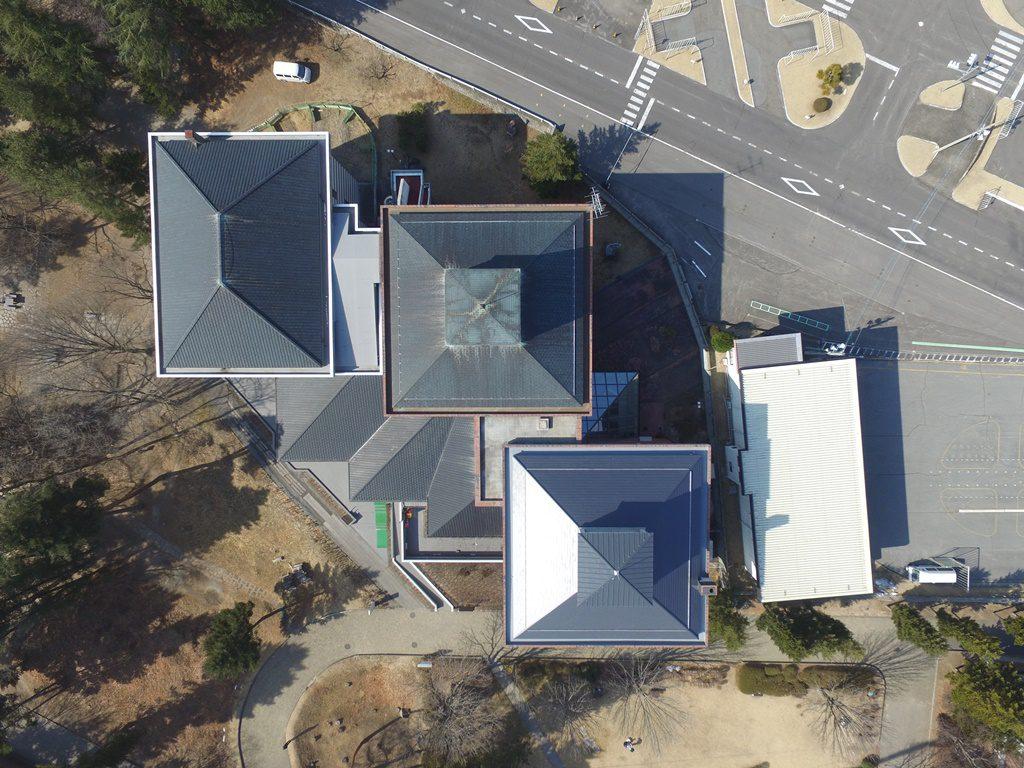 屋根リフォーム後の佐久市立近代美術館